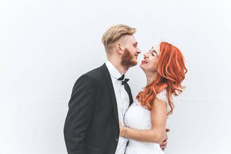 bewegung menschen: Hochzeits-Paar auf einem Spaziergang in den Nachlass des Belvedere in Wien