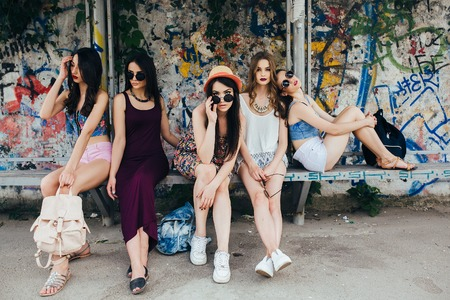 Five young beautiful girls rest at the bus stop Banque d'images