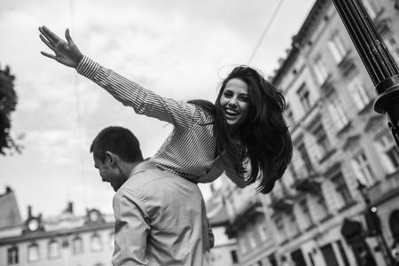 pareja de adolescentes: hermosa pareja divertirse y caminando en la gran ciudad