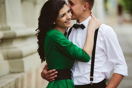 Fotografie z krásné pár, objímání na ulici, která