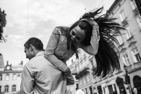 pareja adolescente: hermosa pareja divertirse y caminando en la gran ciudad