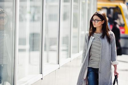 femme brune: belle jeune fille posant pour la cam�ra dans la ville Banque d'images