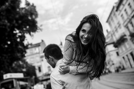 楽しんで、都会を歩いて美しいカップル