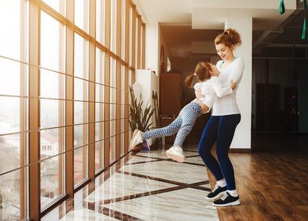 mujeres fitness: Familia con Encanto pasa tiempo en el gimnasio