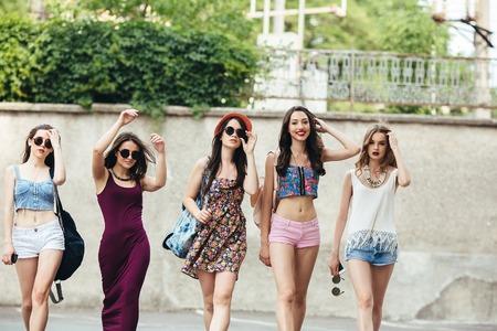 Cinq belles jeunes filles ayant plein air fun Banque d'images - 44750504
