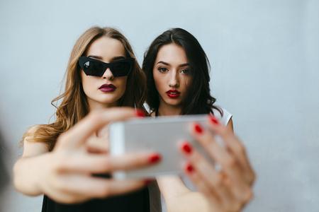 jeune fille: Deux copines adolescentes prenant un selfie smartphone