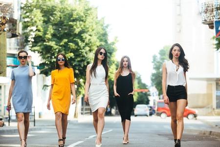 Vijf jonge mooie meisjes plezier buitenshuis Stockfoto