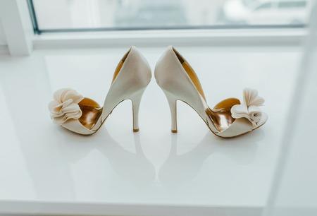 テーブルに靴の白のペア。 写真素材