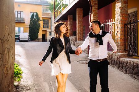 familias felices: Hermosa pareja está caminando alrededor de la ciudad