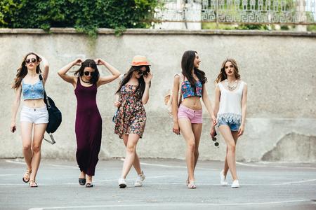 sexy young girl: Пять молодых красивых девушек веселиться на открытом воздухе