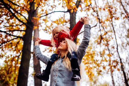 母と娘が一緒に歩いていると公園で楽しんで