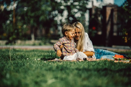 frutas divertidas: Mother with kids have fun on the grass