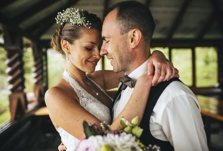 一緒に近くにあるそれぞれのカップルの結婚式