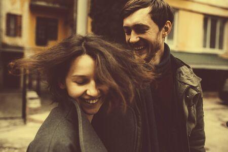 pareja enamorada: pareja encantadora en un vestido caminando por la calle. Vintage entonado.