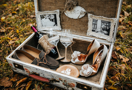 boda: maleta grande de la vendimia con diferentes accesorios de la boda