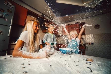 harina: madre y los ni�os que juegan en la cocina con harina