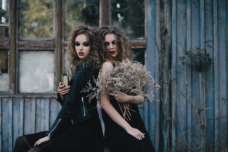 beldam: Due streghe d'epoca si sono riuniti per la vigilia di Halloween sabba