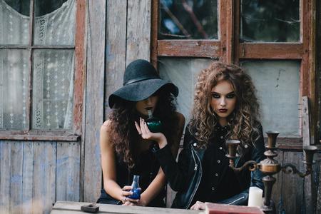 elixir: Dos brujas vendimia realizan ritual m�gico, con el elixir de la mano en la v�spera de Halloween de