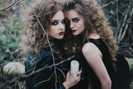 Dos brujas vendimia se reunieron en la víspera de Halloween del sabbat Foto de archivo