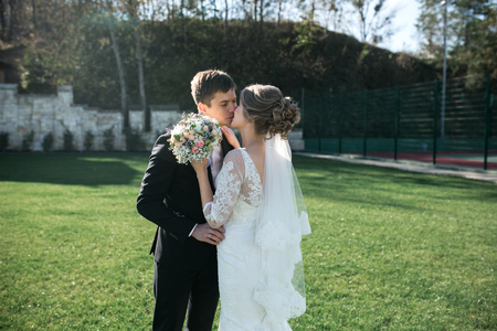 pareja casada: La novia y el novio que se divierten en un casco antiguo