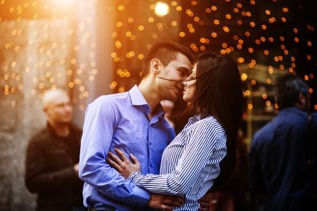 pareja de adolescentes: hermosa joven pareja caminando y divertirse en la ciudad