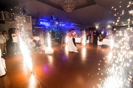 美しい花火の間最初のダンスを踊る新郎新婦