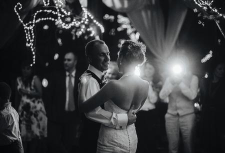 esküvő: esküvői tánc gyönyörű fiatal nászutas pár