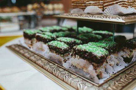 pastel boda: Delicioso pastel de boda de fantasía hecha de magdalenas Foto de archivo