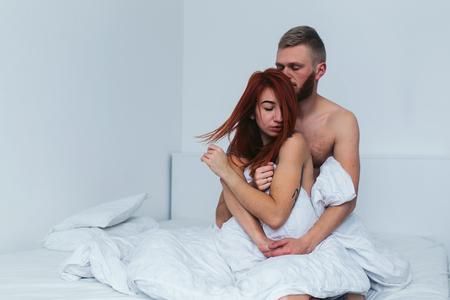 femme romantique: beau couple couch�s ensemble sur le lit
