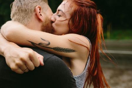 hermosa pareja besándose fuera de la lluvia