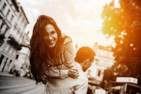 라이프 스타일: 남자가 자신의 손에 자신의 여자 친구를 운반