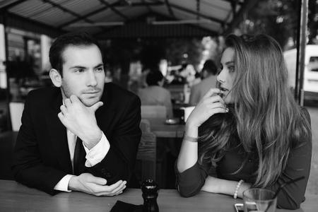 hermosa pareja sentada en el café y que se divierten Foto de archivo