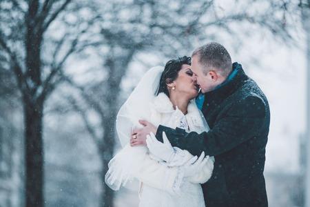 parejas romanticas: la novia y el novio en una helada de invierno con una snowflow Foto de archivo