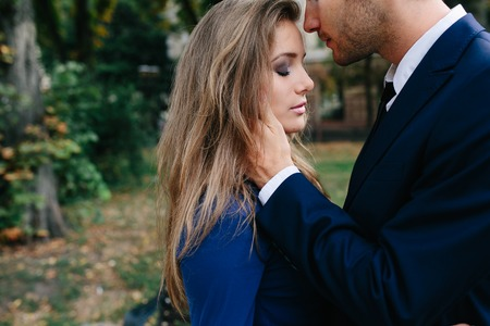beautiful couple in each other's arms posing in city Banque d'images