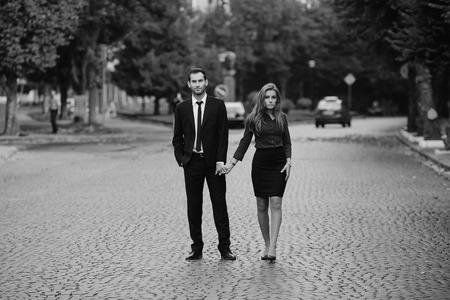 parejas romanticas: hombre y una mujer caminando juntos en la calle