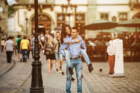 man en vrouw poseren en plezier hebben in de oude stad