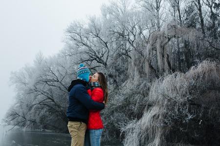 estado del tiempo: beautiful couple having fun on the pier at the lake