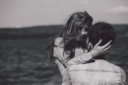 hermosa pareja se divierte en el lago Foto de archivo