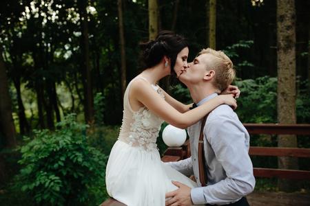 결혼식: 신부와 신랑 자연 속에서 어딘가에 베란다에 포즈