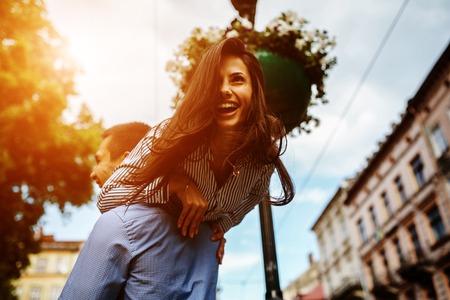男性と女性がポーズと旧市街で楽しい時を過す 写真素材