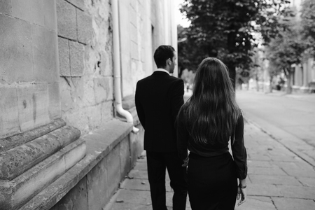 femme romantique: man and woman walking together on the street Banque d'images