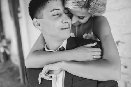 femme romantique: Bride embrasse mari�, en couple se tient pr�s de la vieille maison Banque d'images