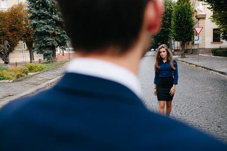 modelos hombres: chica de pie cerca del chico en la calle