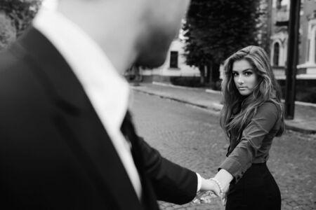 parejas romanticas: el hombre y la mujer son la celebraci�n de la mano en una calle de la ciudad Foto de archivo