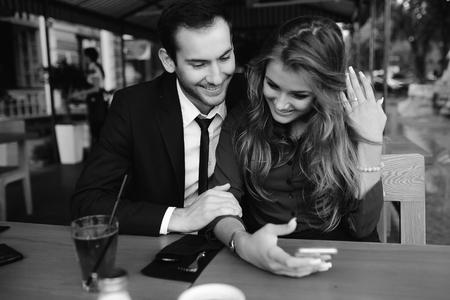 modelos hombres: hermosa pareja sentada en el caf� y que se divierten Foto de archivo