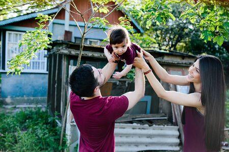 田舎の自然に若い家族