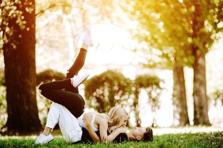 position d amour: homme et femme mensonge sur l'herbe dans le parc