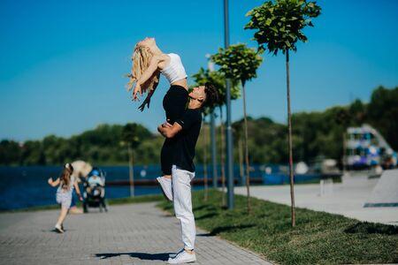 position d amour: homme et femme des tours dans le parc