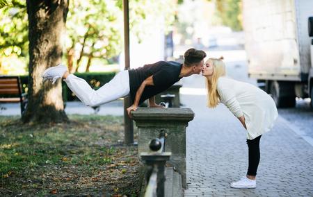 position d amour: l'homme effectue un tour acrobatique dans un parc près d'une fille Banque d'images