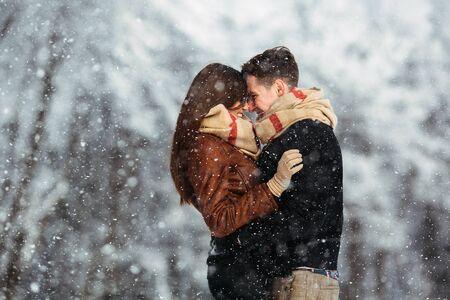 feliz pareja lúdica juntos durante las vacaciones de invierno vacaciones fuera en el parque de nieve